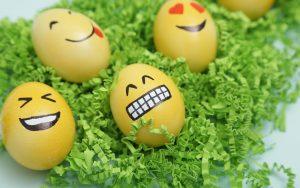 Uova decorate stile emoticon